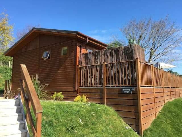 HIDEAWAY LODGE, family friendly, with hot tub in Tintagel, Ref 951403