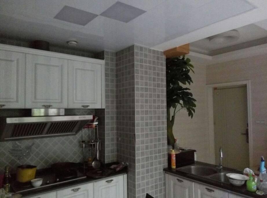 厨房(烤箱,天然气,微波炉;电饭煲);kitchen(gas/microwaver/rice cooker/ovens available)