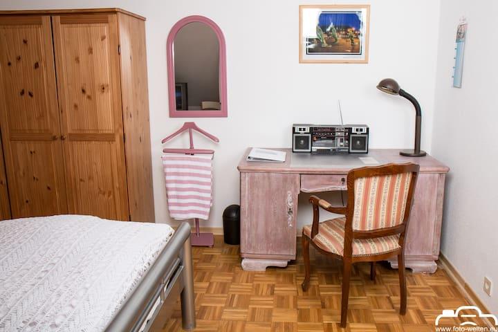 Zimmer 1: Der Schreibtisch im antiken Stil bietet viel Platz zum Arbeiten. Eine kleine Musikanlage sorgt für Unterhaltung.