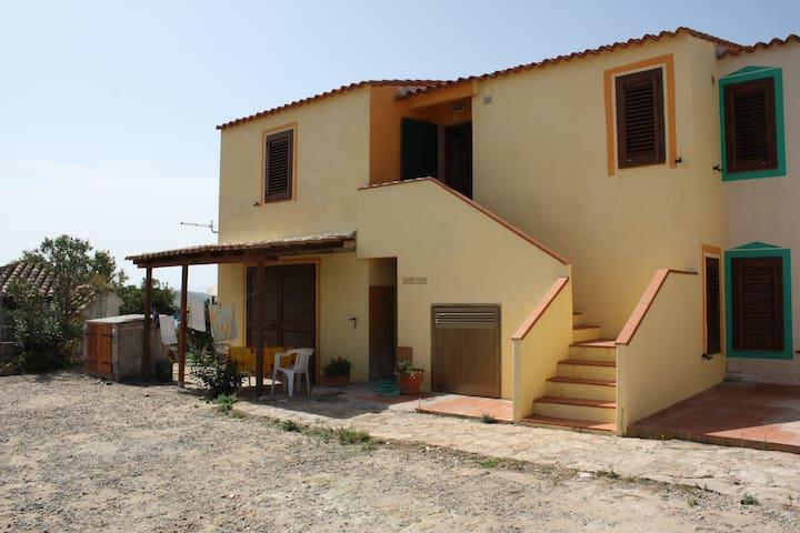 BILOCALE IN VILLA CON GIARDINO - Torre dei Corsari - บ้าน