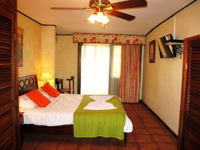 Affordable and Luxurious rooms - Escazú - Bed & Breakfast