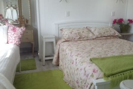 Suzy's Beach House; Q and day bed. - Cooks Beach