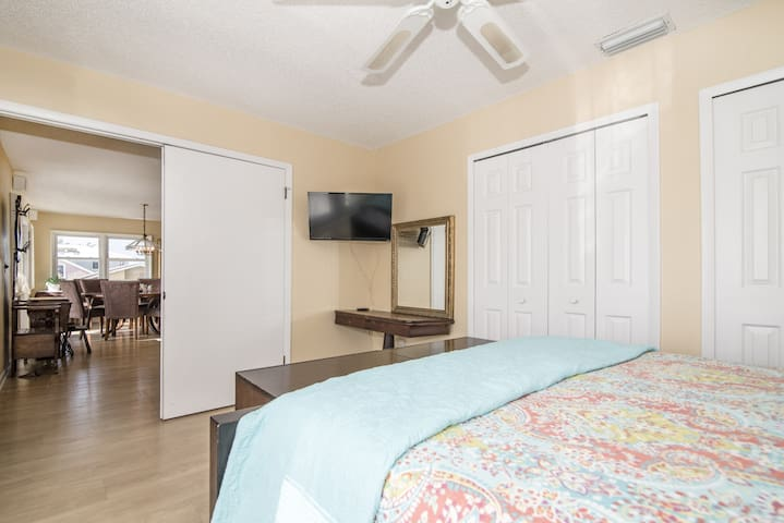 Front guest bedroom with queen bed! Balcony view of the Intercoastal!
