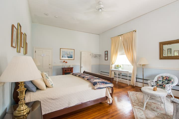 Spacious Room ~ B&B on Bellevue Ave