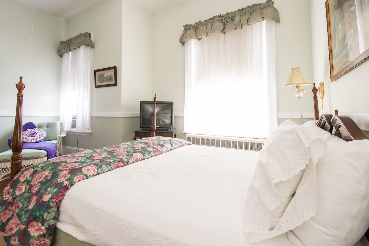 Sunny Room on Bellevue Ave. with private bath in B&B
