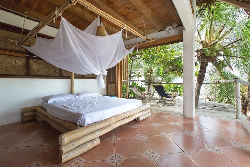 Cama 1 de bambu, con terraza, vista al mar y hamaca, de la cabaña Palapa