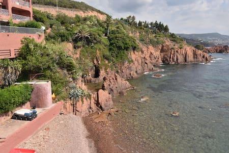 T2 front de mer pieds dans l'eau - Saint-Raphaël - Huoneisto