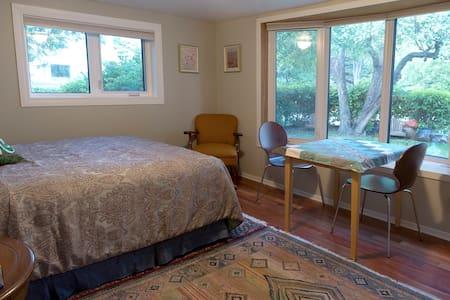 Lovely St. Boniface Private Suite - Winnipeg