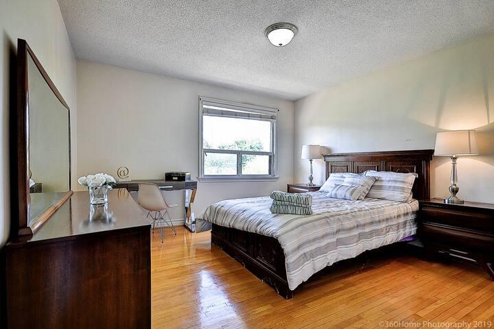 Cozy 3 Bedroom Sweet Home Luxury Location!
