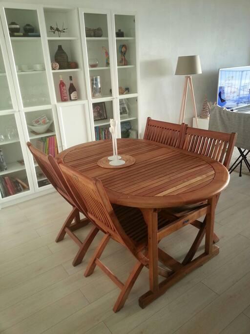 Salle à manger et table avec rallonge