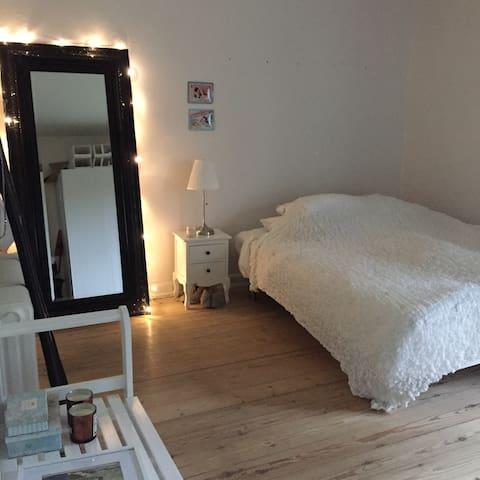 2 værelses lejlighed med altan & superb placering