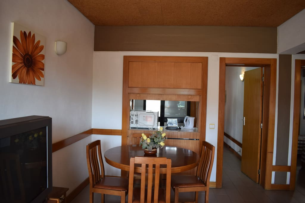 Televisão e mesa de refeição. / TV and dining table.