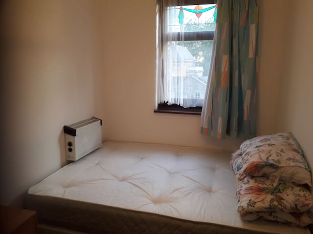 DOUBLE ROOM IN POPLAR NEAR CANARY WHARF available