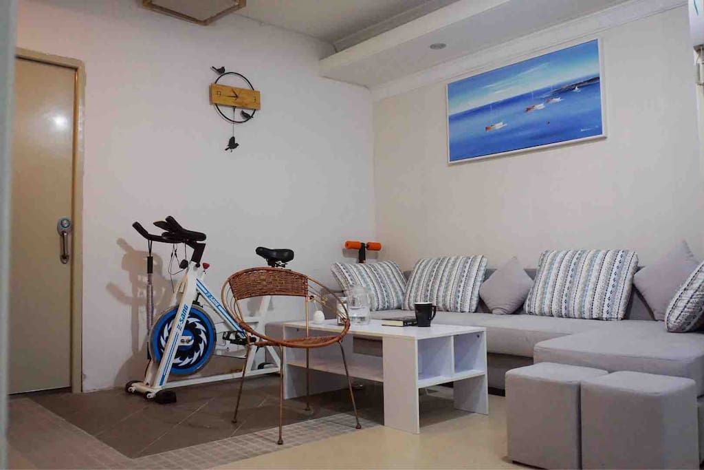 客厅沙发和健身区