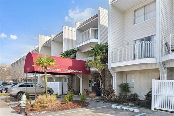 Townhouse in Metairie near EJ hospital 30 day min.