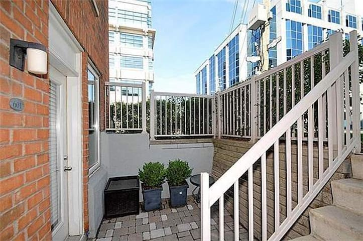 Quiet Townhouse in the heart of the city!