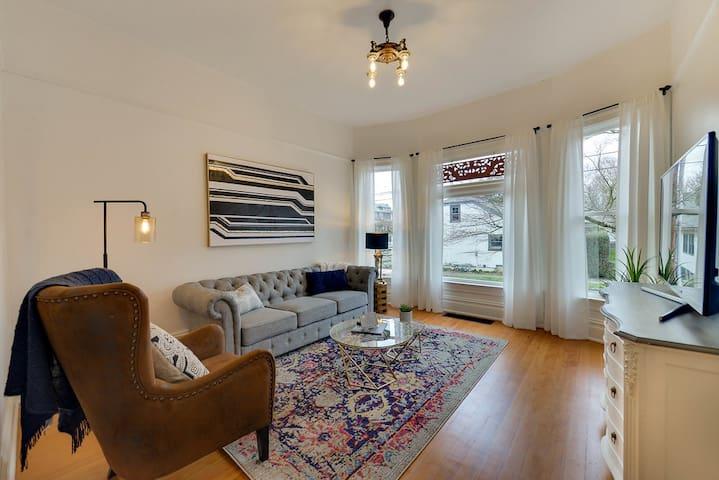 Modern Vintage Home, Walk to Hawthorne & Belmont!