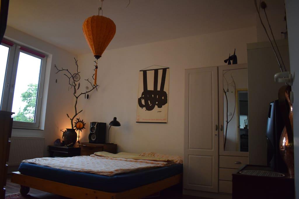 Zimmer mit Doppelbett (b)
