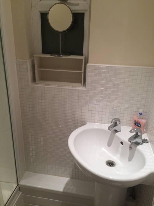 Guest private en suite bathroom