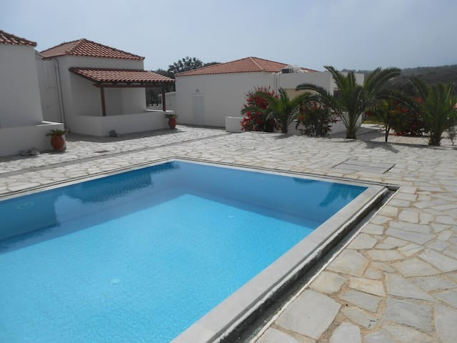 Akrotiri House with Swimming pool shared. 4 people