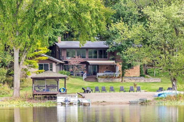 Pool House On The Lake