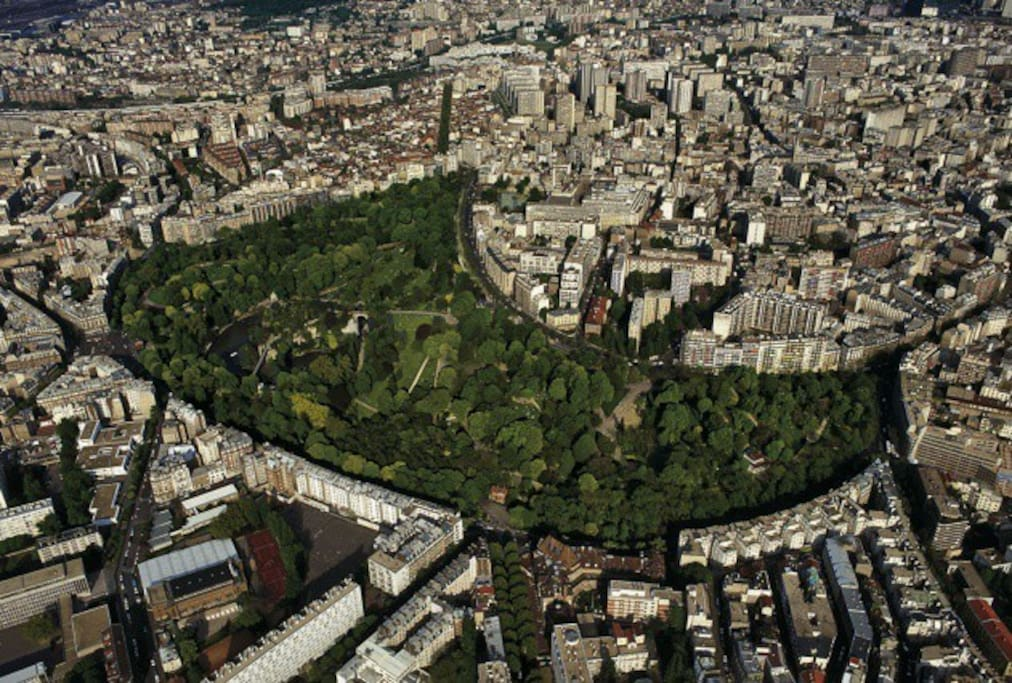 Les buttes Chaumont, un poumon vert dans Paris. Immense parc napoléonien, perché sur les hauteurs du nord parisien.