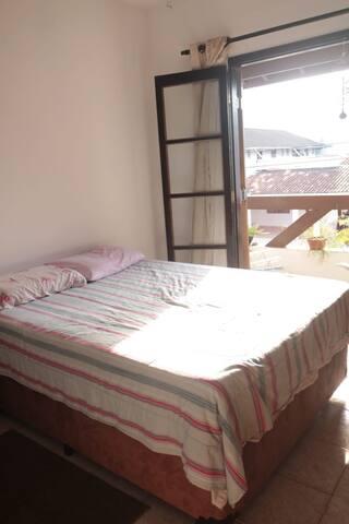 Quarto com varanda na região central Caraguatatuba