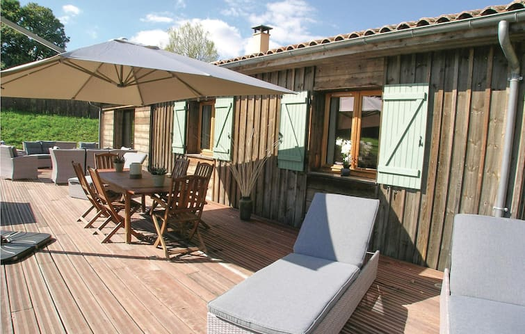 Holiday cottage with 3 bedrooms on 100 m² in Fleurac
