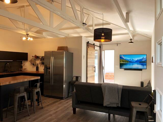 *Private 1-Bedroom Downtown Cottage  w/ Kitchen*