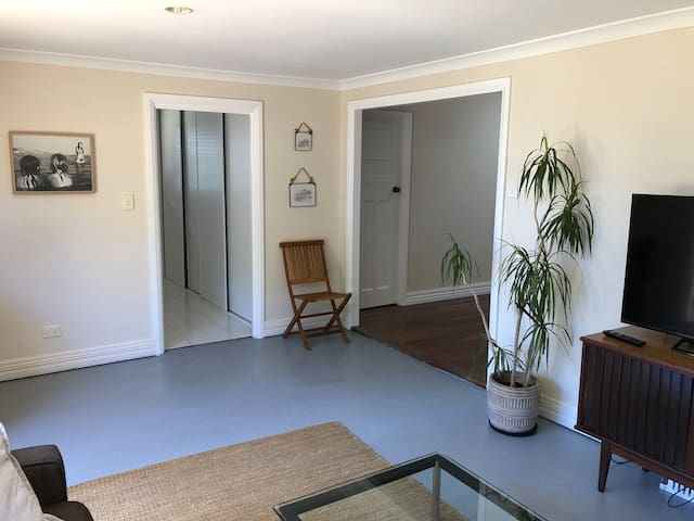 Large modern cottage, walk to town, best area!