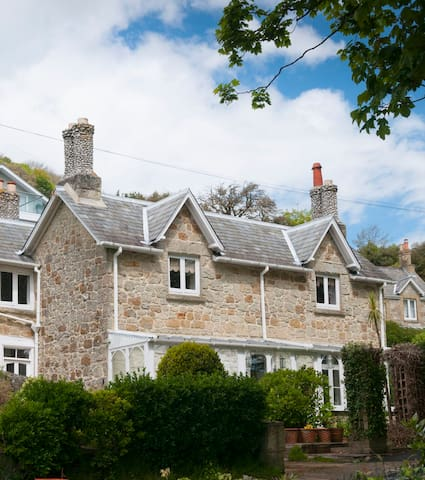 Pretty Victorian cottage with sea views, Bonchurch