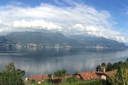 2 bedroom villa with lake views - Porto Valtravaglia - 別荘