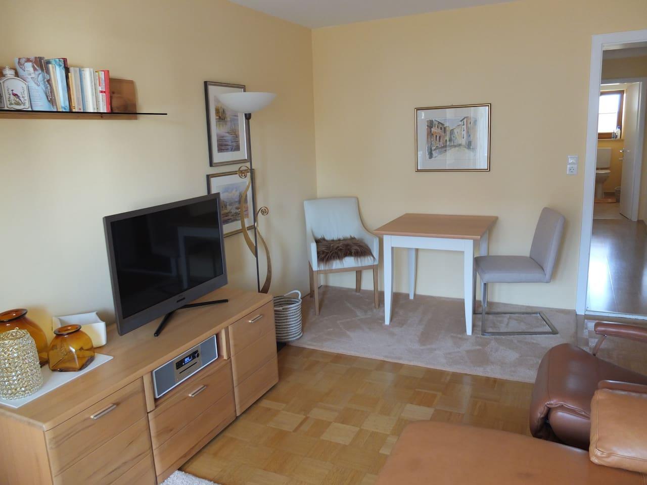 Wohnzimmer mit Essplatz und Couch
