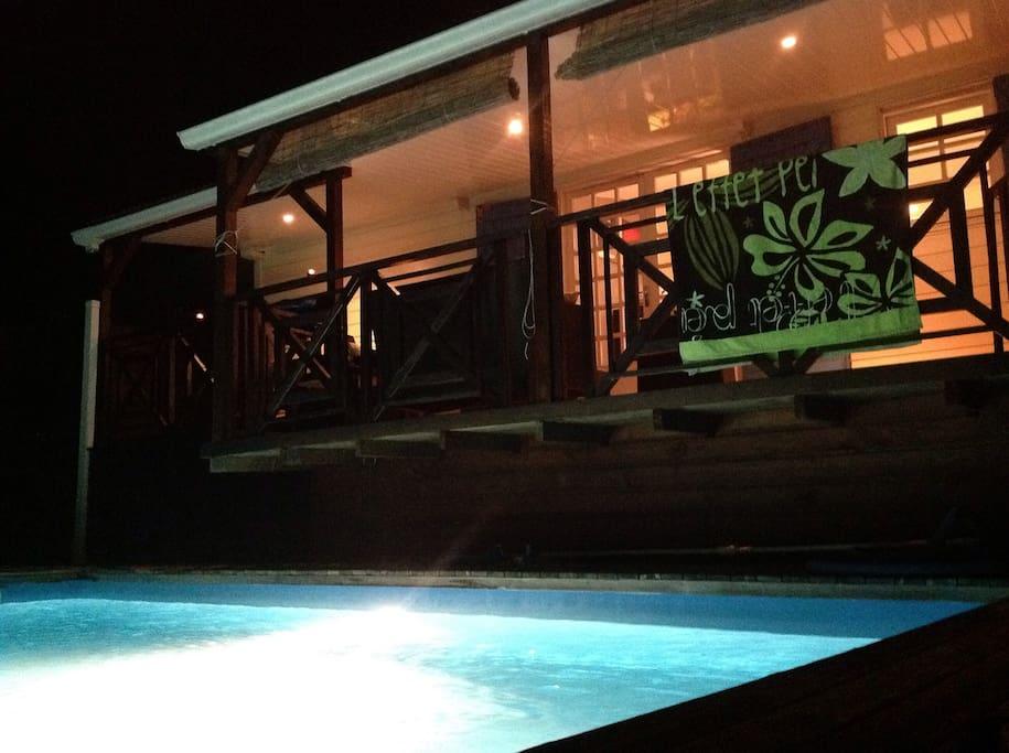 Varangue de nuit, piscine éclairée