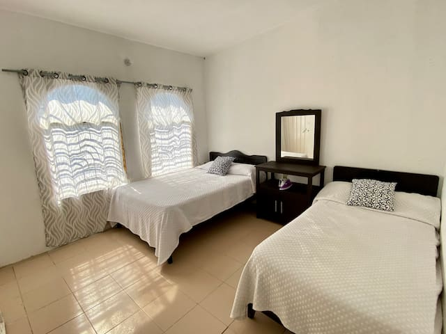 La Habitación principal cuenta con una cama matrimonial y una cama individual, aire acondicionado y closet.