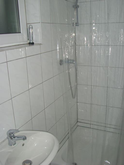 Dusche & WC - nicht sehr groß !