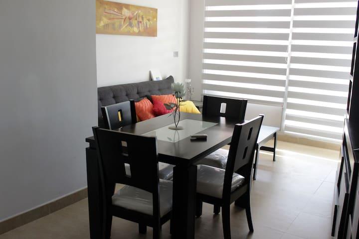 Sala de estar con comedor.