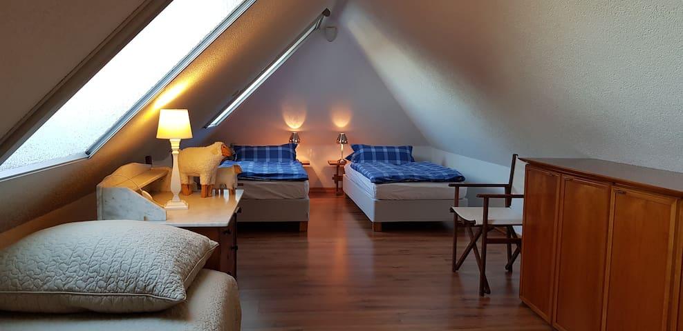 Schlafzimmer mit Einzelbetten, die auch zusammengeschoben werden können