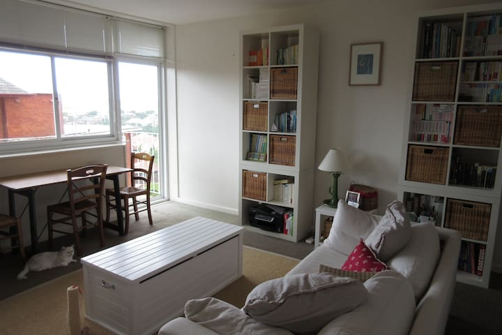 Clean and cosy with harbour views - Neutral Bay - Flat