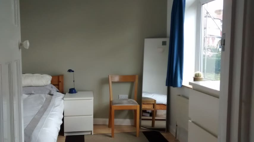 Bright room in quiet northern Ealing, west London - Perivale - Talo