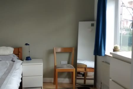 Bright room in quiet northern Ealing, west London - Perivale - Casa