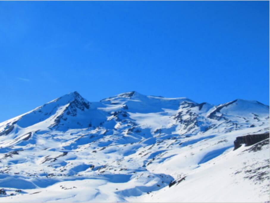 Nevado de Chillán.   desde el valle Sangri-la, en dirección nor-este.