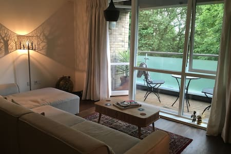 Stylish London Apt with balcony overlooking park! - London