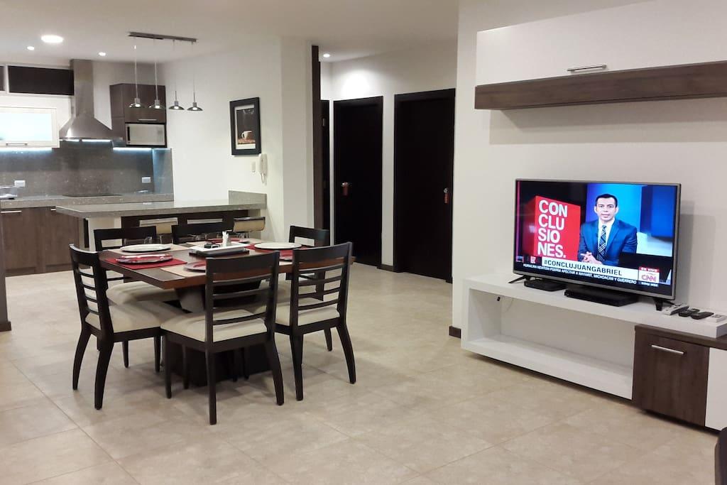 Nuestra sala cuenta con una smart tv de 49 pulgadas, un decodificador de Directv con canales HD (alta definición), un router de Internet wi-fi, aire acondicionado, muebles de sala y comedor para 6 personas.