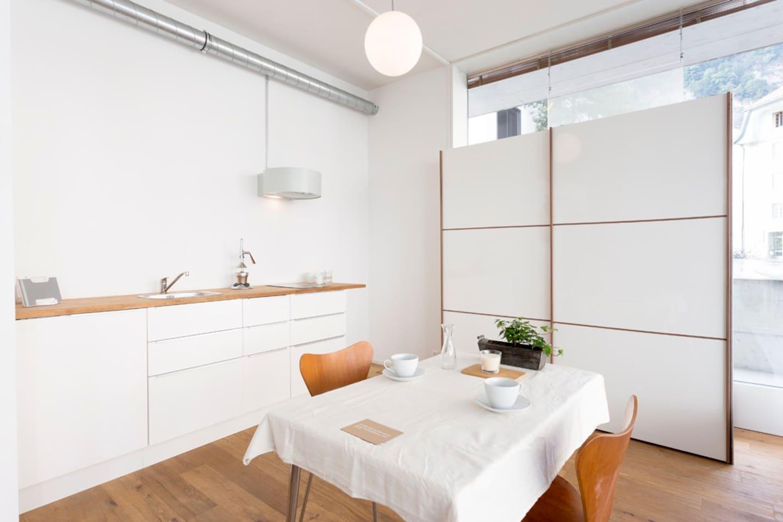 Kitchenette with a fridge  ( no oven ). Kochgelegenheit mit 3 Herdplatten & Kühlschrank ( kein Backofen )
