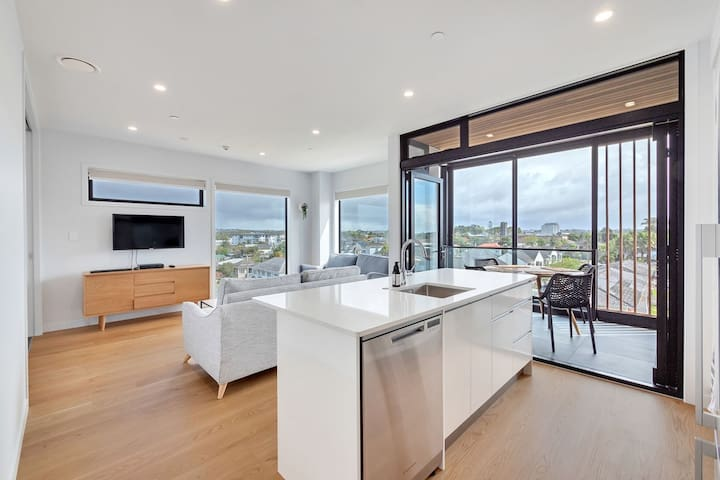 Takapuna Contemporary 2BR | FREE PARKING