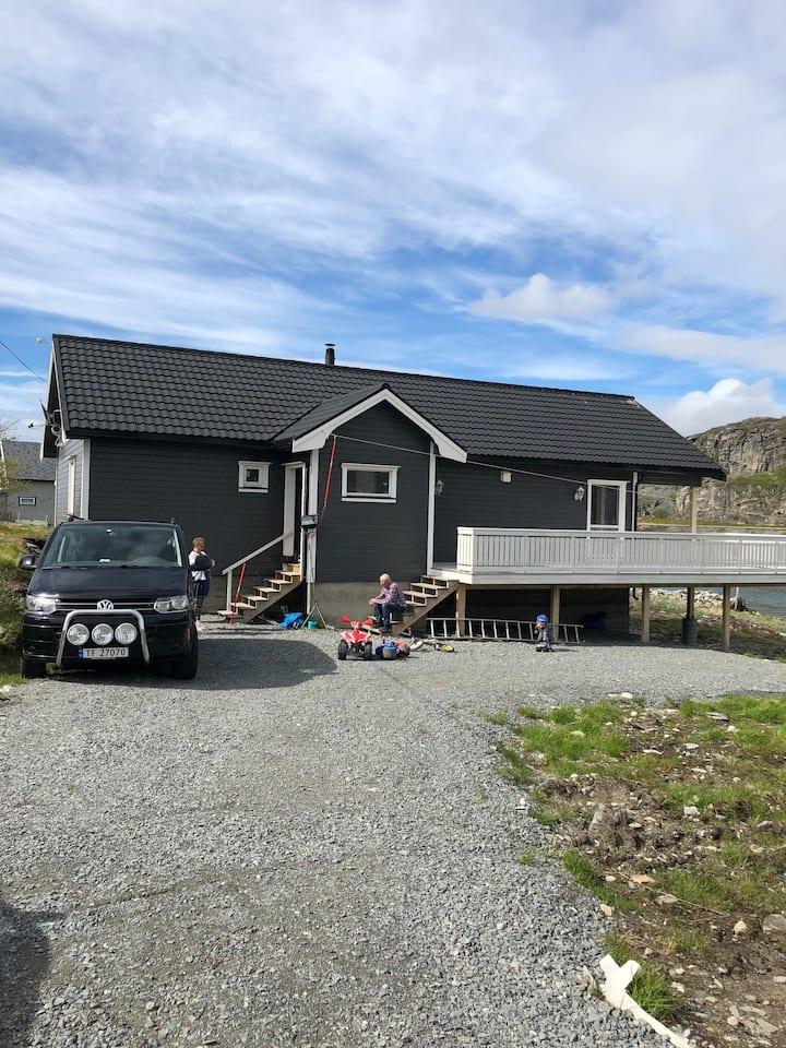 Flott hytte ved sjøen
