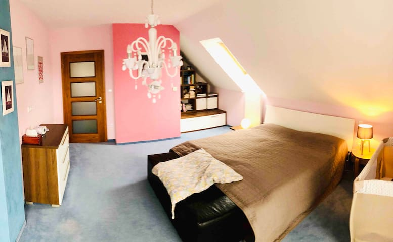 1. ložnice s dětskou postýlkou nebo dětskou postelí