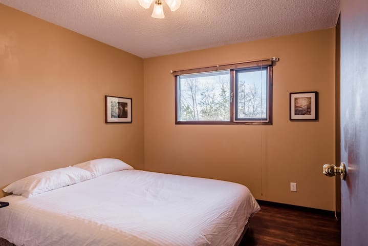 Middle Bedroom, with queen bed.