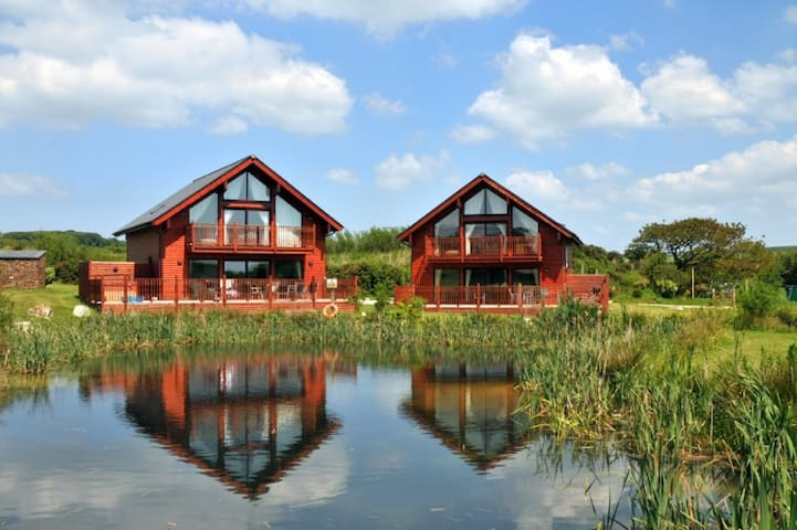 Hot Tub lodge with 4 bedrooms, sleeps 8 (No.20)